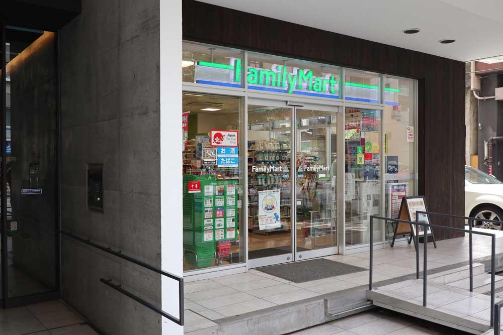 エススリー上野御徒町店横のファミリーマート